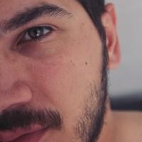 Juli Meni, autor del poema'Tu beso en mi cicatriz ''